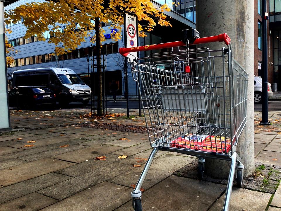 Dégât à une voiture parquée par un caddie au supermarché